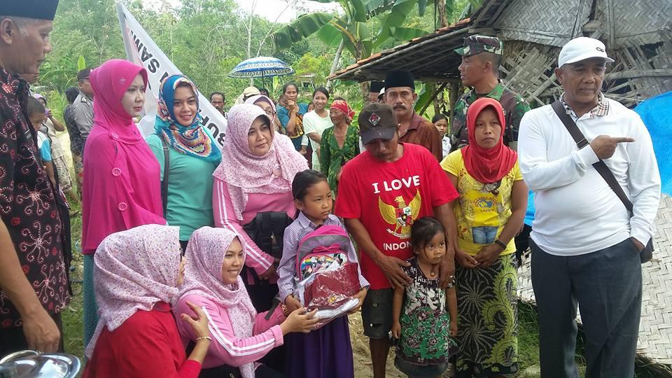 Ny.Anik Amanillah saat memberikan bantuan pada Korban Puting beliung