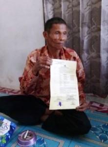Saudara pelaku (LG) saat mununjukan tanda bukti surat penangkapan dari Polres Sampang