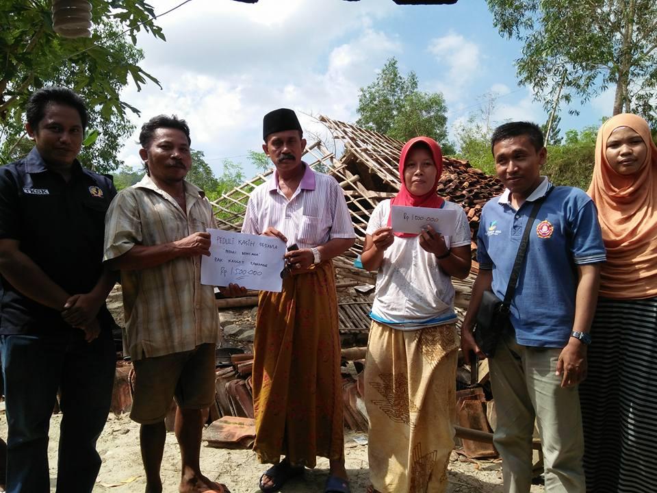 Karang Taruna,Korban, dan Kepala desa saat menyeahkan bantuan