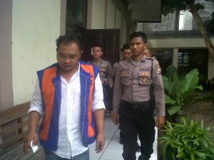 Terdakwa Jatmiko Wahyudi dikawal polisi saat keluar dari ruangan sidang