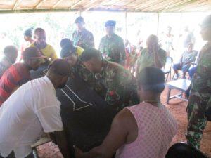Satgas Pamtas Yonif Raider 500/Sikatan Papua Bantu Warga