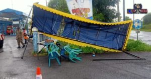 Hujan Disertai Angin Robohkan Tenda Posko Covid-19 Sampang