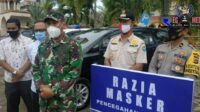 Warga Aceh Selatan Yang Tidak Memakai Masker Dijalan Ditindak Membersihkan Halaman Masjid