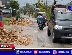 Sindir Pemerintah, Warga Arosbaya Bangkalan Perbaiki Jalan Rusak Berlubang