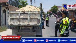 Berkeliaran di Sampang Kota, Truk Pengangkut Sirtu Ditilang
